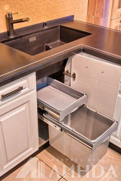 """Кухня угловая классика с пеналом """"Лигурия"""", МДФ ПВХ Белый глянец, Черный глянец / Мойка Blanco из силгранита. Выдвижной экоцентр в шкафу под мойкой."""