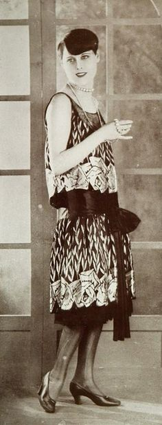 """Les Modes (Paris) January 1927 """"la rosiere"""" robe du soir par Magdeleine des Hayes"""
