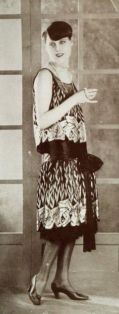 """Les Modes (Paris) January 1927 """"la rosiere"""" robe du soir par Magdeleine des Hayes - just cool :)"""