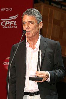 Chico Buarque recebendo o prêmio de melhor livro na 5º edição do prêmio BRAVO! Prime de Cultura em 2009