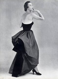 Sophie Malgat in beautiful evening gown of black velvet and taffeta, 1950 by Cristobal Balenciaga (Spain, Getaria, 1895 - Jávea, - Photo by Philippe Pottier Vintage Outfits, Vintage Gowns, Vintage Mode, Balenciaga Vintage, 1950s Style, Vintage Glamour, Beautiful Evening Gowns, Evening Dresses, Corsage