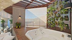 Jardim vertical, proposto pela arquiteta Marina Dubal, deixa os usuários da banheira livres da curiosidade alheia (Henrique Queiroga/Divulgação)