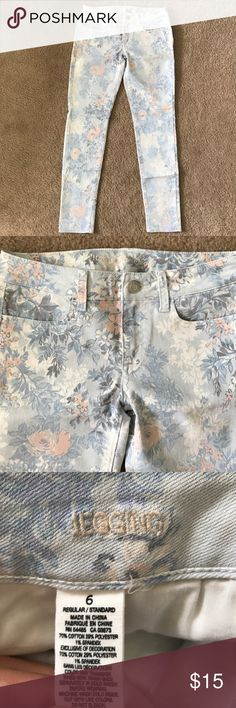 American Eagle Floral Jegging Pretty floral printed jeggings. Worn only once and in perfect condition except for a little bit of stitching coming out underneath the zipper as seen in the photo. Size 6 and stretchy. American Eagle Outfitters Jeans Skinny
