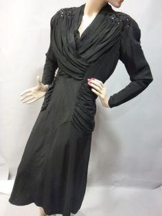 Robe de diner, Pierre BALMAIN, fin des années 40. Robe courte à manches plissées à l'épaule brodées de paillettes. Décolleté plissé croisé d...