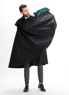 ES: Capa 1901 Negra-Verde. Capa clásica en lana merino con embozo (vista interior) a contraste verde. EN: 1901 Cloak Black-Green. Merino wool classic cape with contraste facing in green.