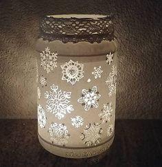 Tento pôvabný zimný svietnik je zdobený vlastnoručne vyškrabanými snehovými vločkami na bielom sklenenom podklade. Tak ako v prírode nenájdete dve rovnaké vločky, nenájdete ich ani na tomto svietničku. Každá je iná, autorská, inšpirovaná mikrofotografiami skutočných snehových vločiek. Vločky majú trblietavé časti, ktoré dobre vyniknú za denného svetla. Canning, Home Canning, Conservation