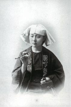 半纏を着た女性(日下部金兵衛撮影、明治時代の美人ランキング) Beautiful woman dressed as a man of the Meiji Era.