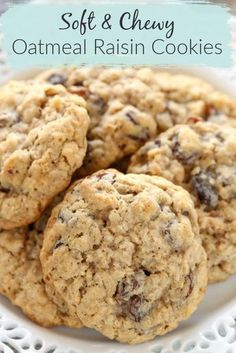Who doesn't love a classic Oatmeal Raisin Cookie? Especially with that cookies is super soft and chewy! These cookies are SO easy to make and they bake up SO easily. Plus, if you're not a huge fan of raisins, substitute chocolate chips in the recipe. Soft Oatmeal Cookies, Oatmeal Cookie Recipes, Delicious Cookie Recipes, Chocolate Cookie Recipes, Chocolate Chip Oatmeal, Easy Cookie Recipes, Chocolate Chips, Dessert Recipes, Chocolate Raisins