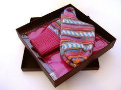 Handgestrickte, farbenfrohe Socken  aus LANA GROSSA Merino Meilenweit (ca. Gr. 36-39) mit in Türkis-Pink-Lila-Tönen. Dazu gibt es ein passendes pinkfa