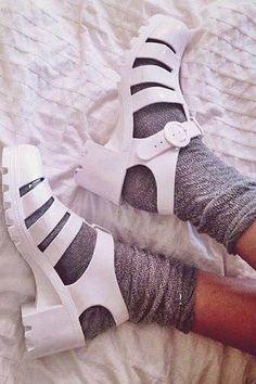 21 Reglas de estilo tan absurdas que ya deberías mandar al diablo Jelly Shoes Outfit, Ashley Olsen Style, Socks And Sandals, Womens Summer Shoes, Latest Shoe Trends, Jelly Sandals, Color Negra, Sock Shoes, Beautiful Shoes