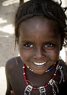 Young Afar girl smiling, Ethiopia by Eric Lafforgue Precious Children, Beautiful Children, Beautiful Babies, Just Smile, Smile Face, Beautiful Smile, Beautiful People, Foto Face, African Beauty