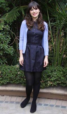 Sempre fofa, Zooey Deschanel combina o azul marinho do vestido com o cardigã no tom candy!