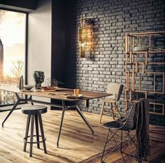 Salle à manger murs en briques noires