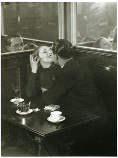 brassai-lovers-in-a-cafe