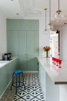 Signée Edouard Fournier - GCG ARCHITECTES, cette cuisine ose le vert menthe et c'est réussi !
