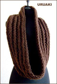 Bufanda cerrada marrón chocolate (3203008)  Colocada doble se ajusta al cuello  Puedes ver más fotos en  http://eljardindeamlaki.wordpress.com/2012/11/06/bufanda-3203008/