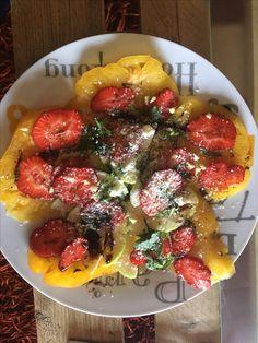 Salade surprenante. Tomate ananas,fraises,pomme  grany,vinaigrette balsamique ,gingembre frais ,huile d'olive et basilic
