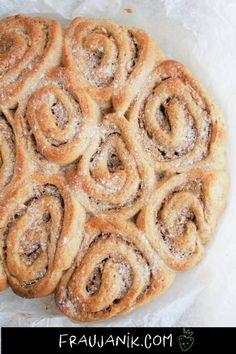 Apfel-Zimt-Schnecken | vegan Gesund, mit Hefeteig & Dinkelvollkornmehl Diese Apfel-Zimt-Schnecken mit Haselnussmus statt Butter und wenig Zucker sind viel einfacher gemacht als sie aussehen! #zimtschnecken #veganbacken #weihnachten #hefeteig #apfelkuchen #nussschnecken #apfelzimtschnecken #zimt #schnecken #gebäck #gesundbacken #geunderkuchen #fraujanik Superfood, Apple Pie, Bread, Cookies, Cake, Butter, Sweet Stuff, Donuts, Kiss