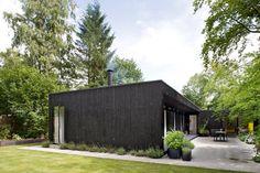 En enkel arkitektur, der matcher det enkle sommerhusliv. Nogenlunde sådan lød mantraet for arkitekt Rasmus Bak, da han skabe et sommerhus til sin familie nord for Aarhus.
