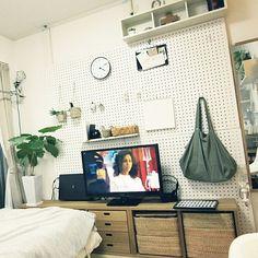 賃貸でも可♪有孔ボード+ 無印良品で壁面収納を楽しむ | RoomClip mag | 暮らしとインテリアのwebマガジン Interior Work, Interior Design, Muji, Home Office, Building A House, Diy And Crafts, Entryway, Gallery Wall, Minimalist