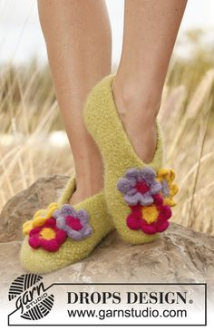 Magnolia. Felted DROPS slippers with flowers in Eskimo yarn. Knitted and crocheted. Full tutorial.