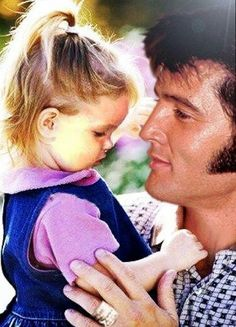 Lisa Marie Presley and Elvis . The Best pic I have seen of Elvis and Lisa Marie. So sweet! Lisa Marie Presley, Priscilla Presley, Elvis Presley Family, Elvis Presley Photos, Musica Elvis Presley, Tennessee, Hollywood, Jolie Photo, Graceland