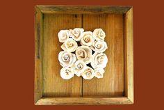 Quadro 30x30 em madeira de demolição com rosinhas de cerâmica
