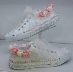 New Ideas Wedding Shoes Diy Converse Wedding Tennis Shoes, Converse Wedding Shoes, Wedding Sneakers, Wedge Wedding Shoes, Bridal Shoes, Converse Girls, Comfy Shoes, Cute Shoes, Quinceanera Shoes