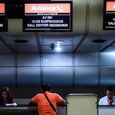Estas son las aerolíneas que continúan volando a Venezuela tras la salida de Avianca  LA COMPAÑÍA AÉREA AVIANCA SE SUMÓ A LA LARGA LISTA DE EMPRESAS QUE HAN SUSPENDIDO SUS VUELOS DESDE Y HACIA VENEZUELA  En los últimos meses ocho aerolíneas han paralizado sus vuelos desde y aVenezuela. La última fueAvianca que explicó su decisión por problemas operacionales. La empresa colombiana se unea las compañías United Airlines(Houston EE.UU.) Dynamic Airways (Ft. Lauderdale EE.UU.) LATAM (Río de…