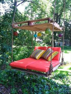 DIY Outdoor Pallet Swing Bed tutorial DIY Pallet Swing Bed-Upcycle Paletten in ein fabelhaftes Schaukelbett. This image has get Old Pallets, Pallets Garden, Wooden Pallets, Pallet Wood, Diy Wood, Recycled Pallets, Recycled Wood, Repurposed Wood, Pallet Walls