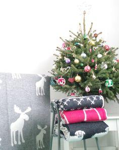 Vlnená deka so sobom – sivá | PODDEKOU