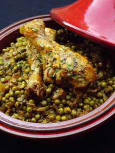 tajine poulet petits pois (pour 2 personnes) : 2 à 4 pilons de poulet 1 oignon 1 courgette 200 g de petits pois (surgelés possible) 4 cas de purée de tomate (ou sauce préparée) 1 gousse d'ail 1/2 botte de persil plat 1/2 cube de poulet 1 cac d'épices tandoori 1/2 cac d'épices pour couscous (ou raz el hanout rouge) 1/4 cac de cumin 1 pincée de piment doux
