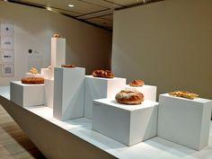 una mostra sul cibo in un museo di arte contemporanea e moderna