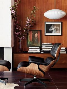 Explore the modern Eames Lounge Chair and Ottoman designed by Charles and Ray Eames for Herman Miller, one of the most significant designs of the century. Rooms Decoration, Decoration Design, Ottoman Design, Lounge Chair Design, Eames Chairs, Bag Chairs, Lounge Chairs, Dining Chairs, Chair And Ottoman