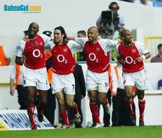Tarihte Bugün: 2004 yılında #Arsenal Premier Ligde Tottenham'u deplasmanda yenerek şampiyonluğu garantiledi. Sezonu yenilgisiz tamamlayan Arsenal kadrosu efsaneler arasında yer aldı.