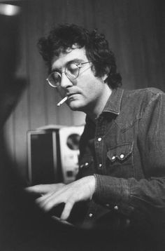 Singer/songwriter/ film score composer Randy Newman early in his career. Danny Gatton, When The Levee Breaks, Jimmy Reed, Jazz, Randy Newman, James Blake, Images Esthétiques, Going To Rain, Music Icon