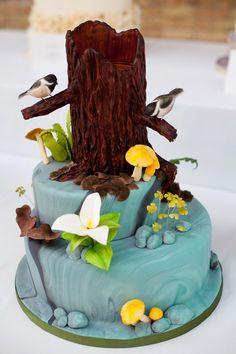 Bánh cưới với tạo hình như một khu rừng màu xanh.