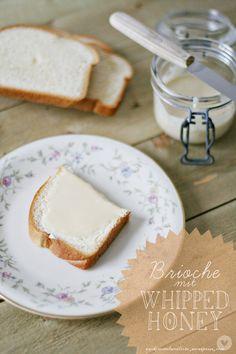 Stulle der Woche - Brioche mit geschlagener Honigcreme. Klingt superlecker, wird ausprobiert! :)
