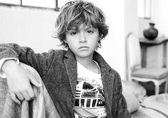 Zara n'a pas seulement offert à ses collections à travers ses campagnes femmes, TRF et hommes cette saison des allures cinématographiques mais réitère le genre pour les enfants signant ainsi une série de superbes portraits en noir et blanc avec derrière l'objectif le même maître d'oeuvre