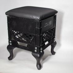 Ideas plastic milk crate diy for 2019 Milk Crate Furniture, Recycled Furniture, Furniture Decor, Furniture Design, Crate Stools, Crate Table, Plastic Milk Crates, Crate Crafts, Small Accent Chairs