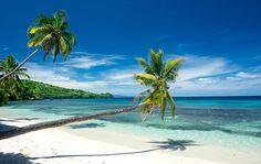 REFÚGIO EM FIJI Imagine-se deitado em uma rede entre duas palmeiras com a brisa do Pacífico Sul no rosto e uma taça de champanhe na mão. É isto que estaria fazendo no momento em que desse o check-in em uma das 10 grandiosas vilas na Wakaya Club & Spa, em Fiji. Desde a chegada à ilha no avião particular do resort, fica aparente que a exclusividade da experiência. Cada uma das vilas fica à beira-mar, e o preço da diária já inclui tudo.