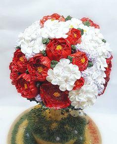 Red, white and gold  #flowercake#flowertreecake#flowerbuttercream#buttercreamflowercake#prettycake#pretty#peony#red#gold#cherryblossom#cutecake#instacake#birthdaycake#cakemalang#cakesurabaya#edibleart#cakedecorating#malangfoodies#kulinermalang#kuecantik#cakeultah#malang#sherlywibowo