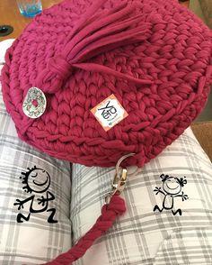 İyi akşamlar  bu çanta  kime gitti bilmiyorum  ama çok sevdiğim pratik çantalarımdan biridir..güle güle kullansınlar.resmen ben çantalarımla aşk ❤️ yaşıyorum#yuvarlak#çanta#rahat#kullanımlı#sıcak#sevimli#şirin#yarnart#penyeip#eıişi#tığişi#handmade#elemeği#elegant#kalite#müşterimemnuniyeti #kişiyeözel #tarziniyarat #tarz#bag#❤️✅
