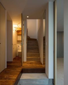 インドアガレージから続くエントランス。トイレの内壁は階段の形状をデザインとして取り込むことで、施主様のご要望であった螺旋階段をイメージ。 #鳳の家 #houseinotori #arbol #階段 #中庭 #注文住宅 #ガルバニウム外壁#AAP2016 #germandesignaward2018
