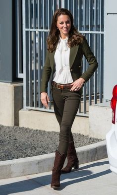 Kate Middleton style: All of her royal tour outfits in Canada - Day 7 On island of of Haida Gwaii, British Columbia, Kate looked effortlessly stylish wearing a mix - Kate Middleton Outfits, Casual Kate Middleton, Looks Kate Middleton, Duchess Kate, Duchess Of Cambridge, Smythe Blazer, Styles Courts, Mode Cool, Look Star