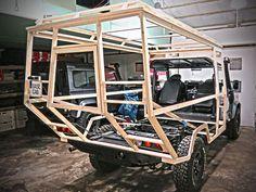 basecab 130 ist eine gewichtsneutrale Leerkabine für max. 3 Personen für Landrover Defender, als Bausatz mit zwei Einstiegen und einem Parallelhubdach.