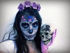 A fantasia de caveira mexicana tem feito o maior sucesso em bailes e festas e você não pode deixar de conhecer essa moda. Vem ver! Mexican Skulls, Skull Makeup, Halloween 2018, Sugar Skull, Halloween Face Makeup, Shades Of Black, Day Of Dead, Fantasy Party, Costume Ideas