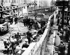 Foto de Exclusivas Imanara. Construcción del muro de Berlin en 1961. vía Twitter @Historia_fotos