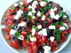 Dit is een erg makkelijke én erg smakelijke Griekse tomatensalade, naar een recept van Yotam Ottolenghi uit Plenty More. De salade wordt geserveerd óp dakos - dat zijn crackers afkomstig van Kreta....