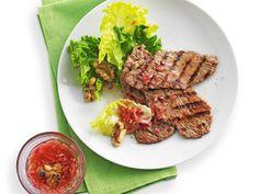 Kalbsschnitzel mit Salat und Nussvinaigrette